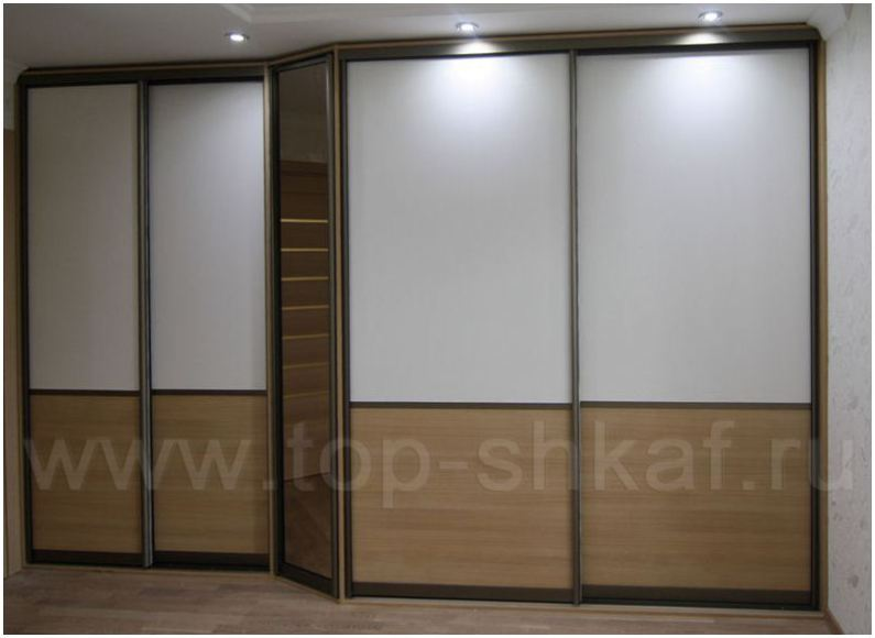 Стильный шкаф-купе с комбинированными фасадами из ДСП