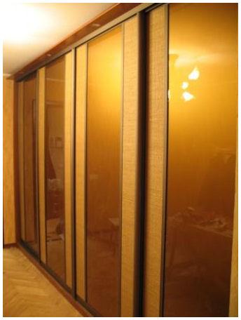 Шкаф-купе с ротангом и цветным стеклом