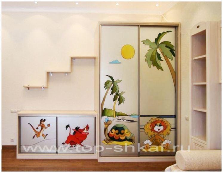 Шкаф-купе в детскую комнату с витражом