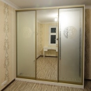 Шкаф-купе в спальню с рисунком Версаче