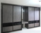 Встроенные шкафы-купе в гостиную с вставками стекла с пленкой Oracal