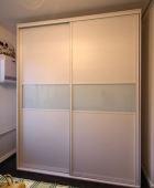 Шкаф-купе белый с вставками матового стекла