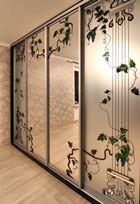Встроенный шкаф с витражом на зеркале сероебро и матовом зеркале