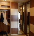Угловой шкаф-купе с комбинированными фасадами в прихожую