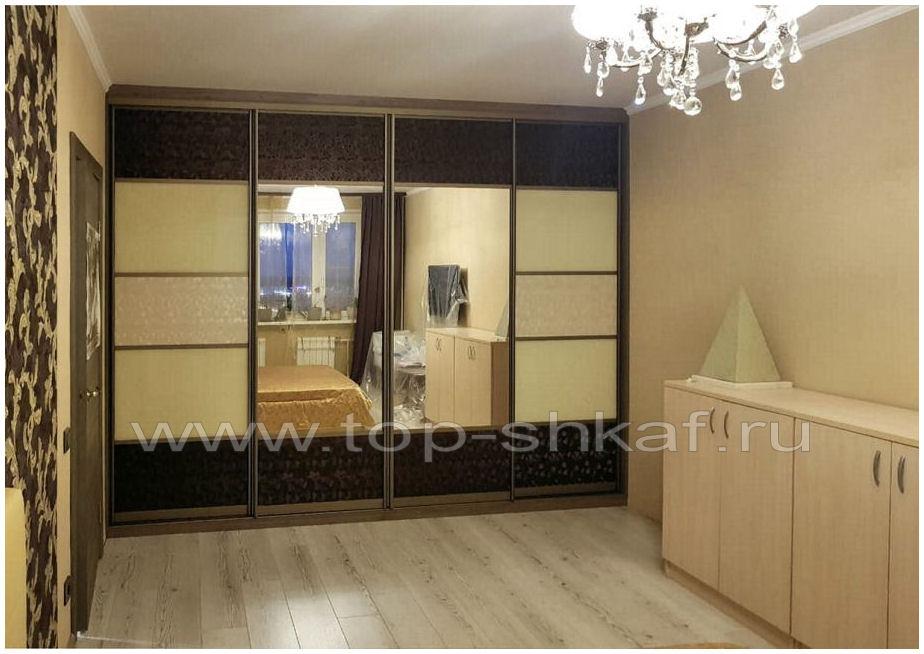 Встроенный зеркальный шкаф-купе с вставками из кожи