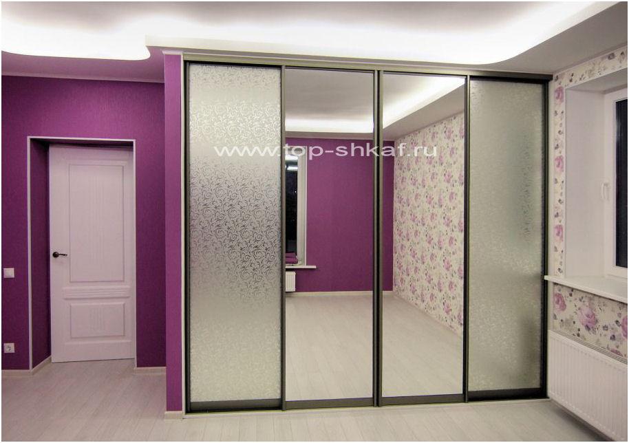 Встроенный шкаф-купе с декоративным зеркалом